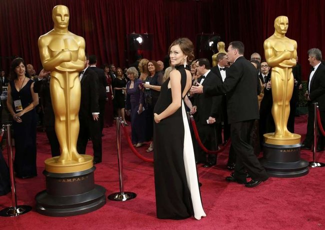 441043-2014-oscars-red-carpet-pregnant-olivia-wilde