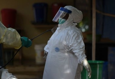 A health worker in protective personal equipment in the hotzone. Photo: Francisco Leong / Getty Images.
