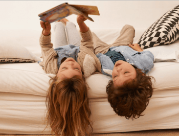 siblings-reading-toegther-couch-book-boys-and-girls-720x547