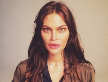 An Australian model is making a point about fiddling with your face.