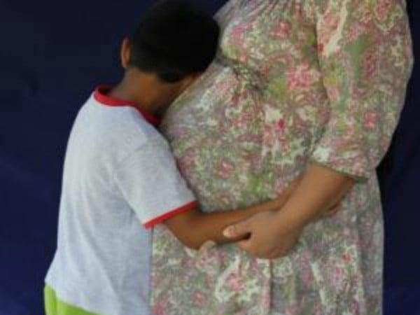 child and mum on nauru 1