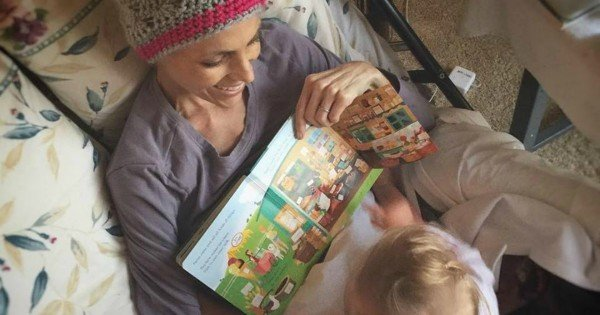 Joey Feek reading to Indi via FB @joeyandroryfeek
