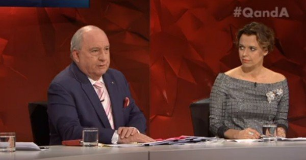 Mia nad Alan Jones qanda