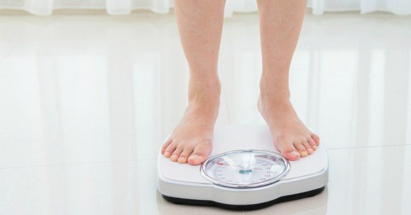 Woman feet on the weight scale