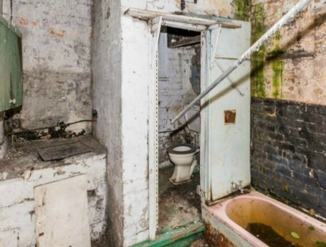 Sydney house where body lay for 8 years sells for more than $1m at auction.