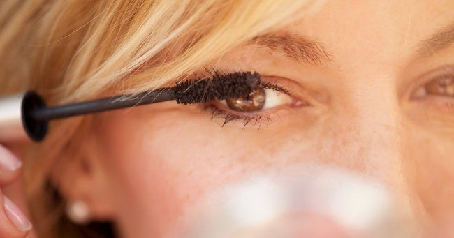 Two easy and clever ways to restore dried mascara.