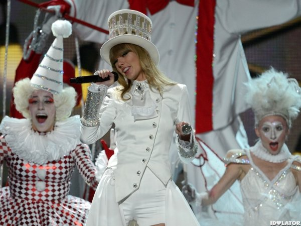 Taylor Swift performing at the Grammy's 2013