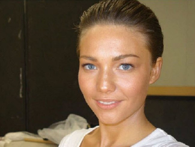 Sam Frost showing off her natural beauty