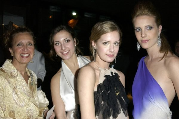 Danielle Steel with three of her daughters in 2003. Image via Getty.